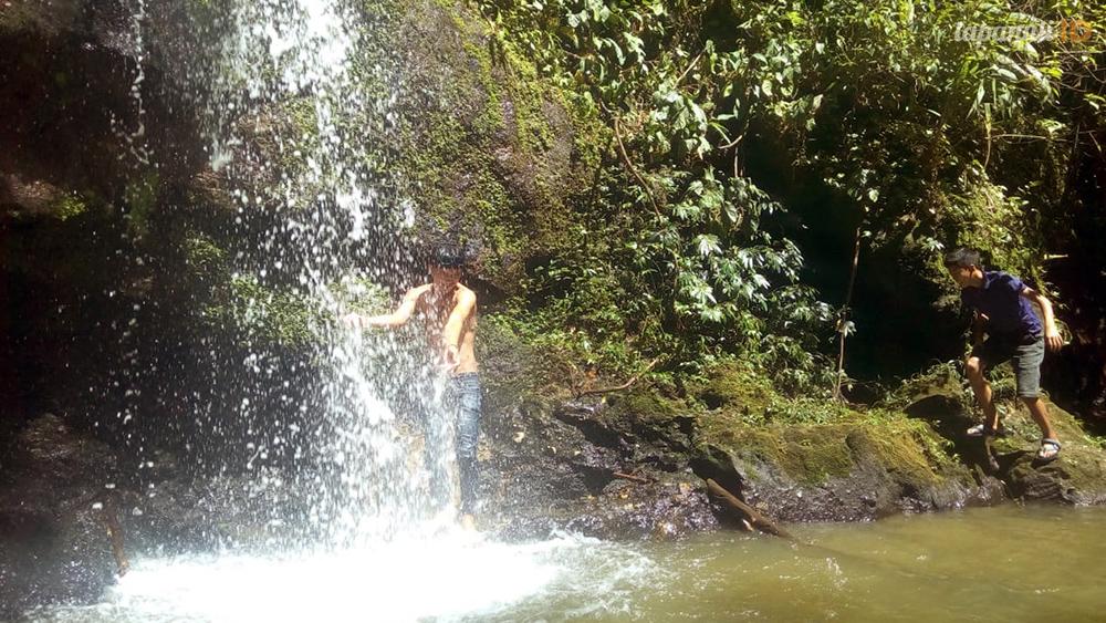 Air terjun Rabi yang sejuk mengobati lelah perjalanan.