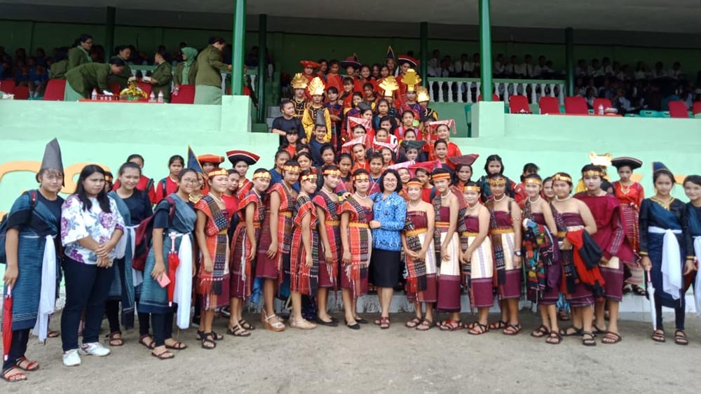 Rombongan siswa SMP1 Siborongborong yang didapuk menampilkan tari tortor 5 puak pada upacara peringatan Hari Lahir Pancasila, Sabtu (01/06) di Lapangan Tangsi, Tarutung. (Tapanuli.ID)