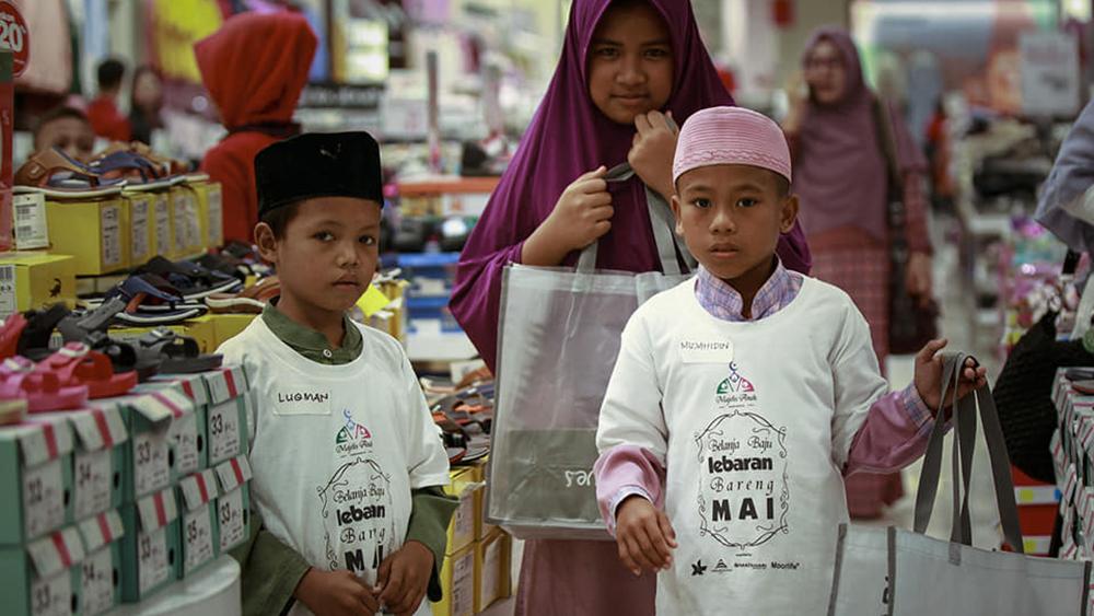 Keceriaan anak-anak yatim saat diajak berbelanja di mal. (facebook.com/agus.penyoe)